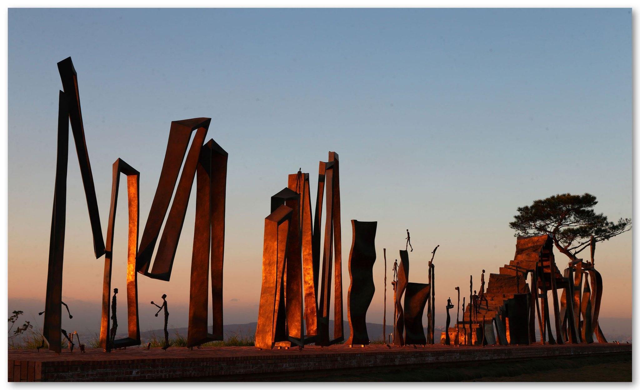 "Monumental bronze sculpture ""Du chaos à la sagesse"" by French sculptor Val - Valérie Goutard - with Sculptureval"