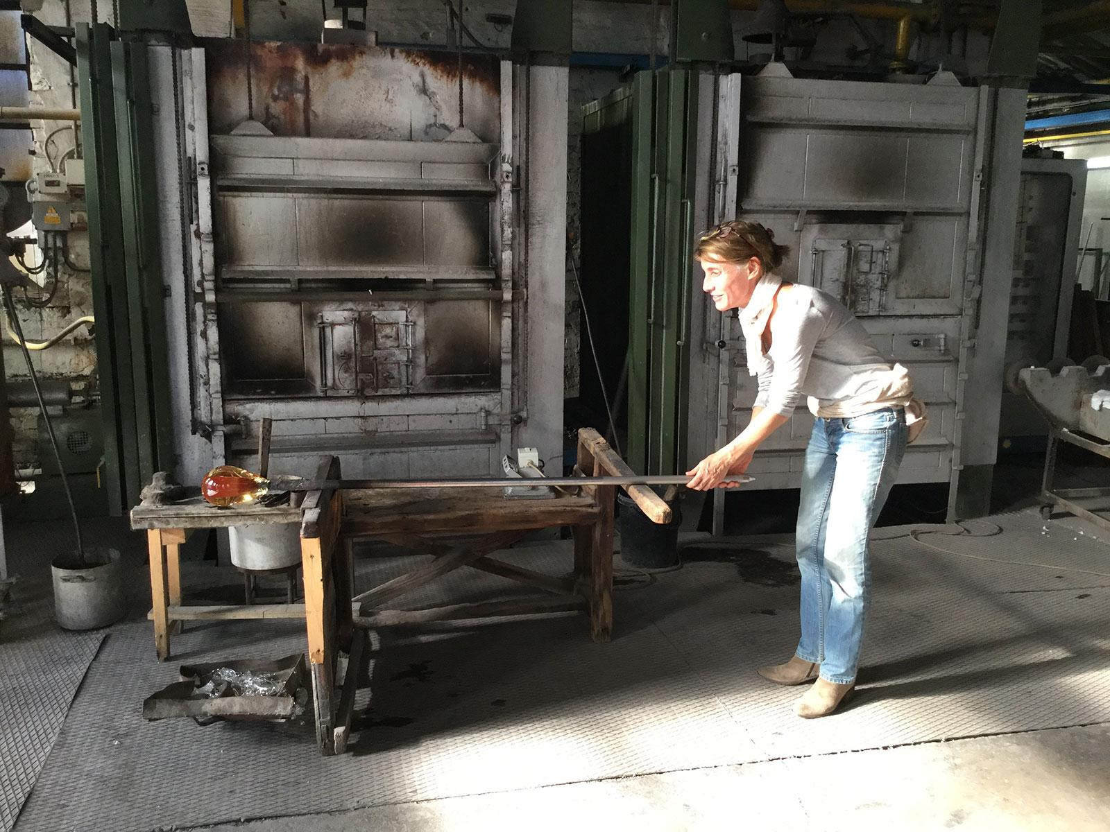 French sculptor Val - Valérie Goutard - in Murano glass workshop with Sculptureval