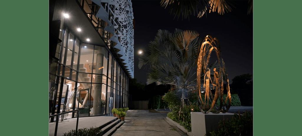Attraction II de la sculpteure française Val – Valérie Goutard – avec Sculptureval à Alliance Française Bangkok en Thaïlande