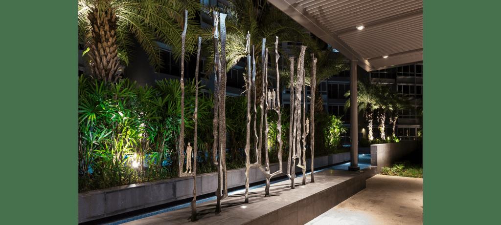 Footsteps II de la sculpteure française Val – Valérie Goutard – avec Sculptureval à Sorrento Residence à Singapour