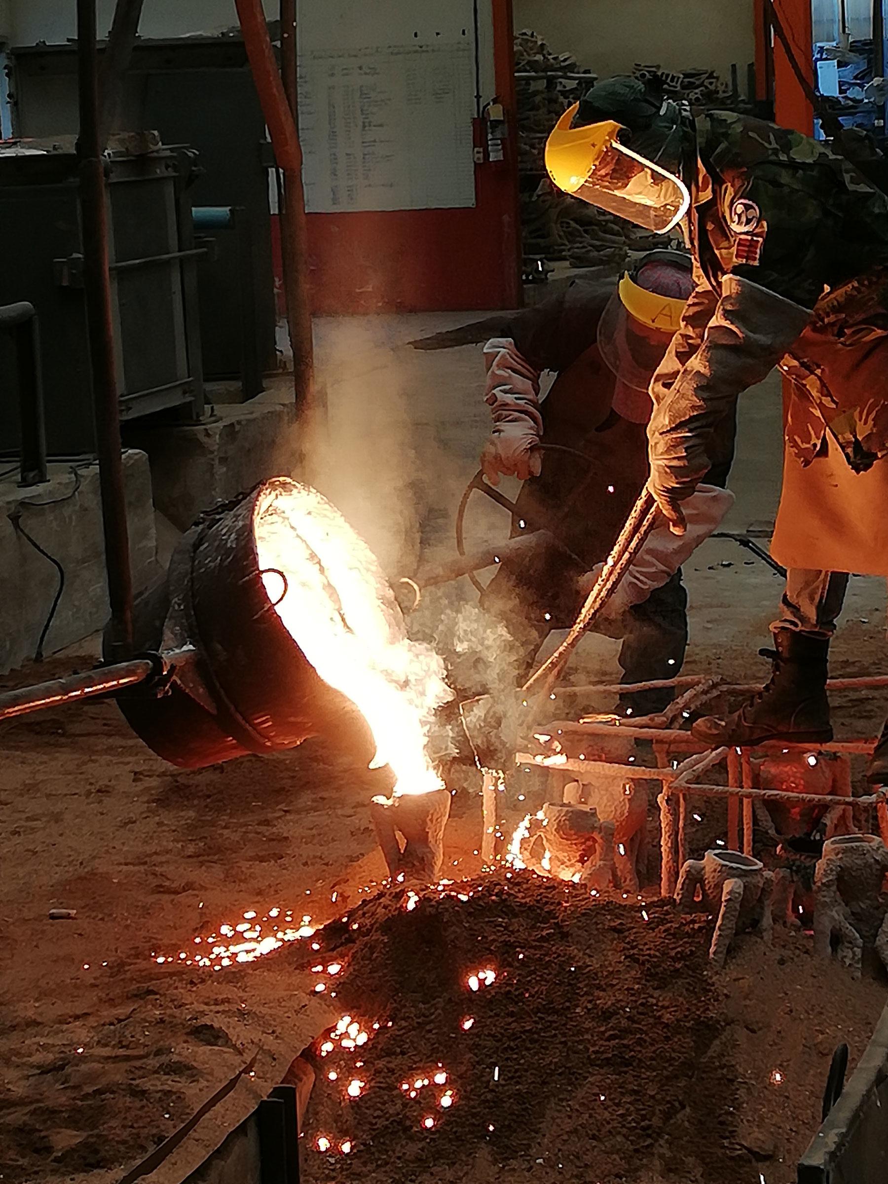 la sculpteure française Val – Valérie Goutard - dans fonderie de bronze en Thaïlande – avec Sculptureval