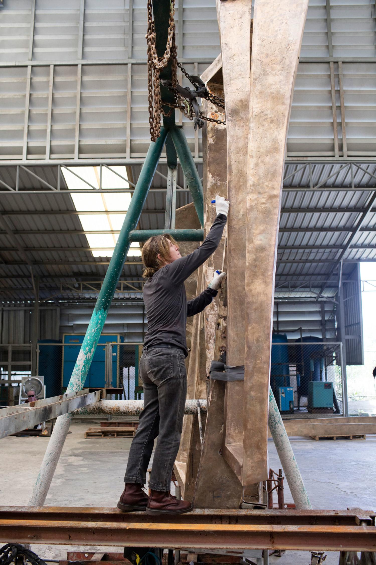"""la sculpteure française Val – Valérie Goutard - dans sa fonderie de bronze en Thaïlande avec """"Du chaos à la sagesse"""" avec Sculptureval"""