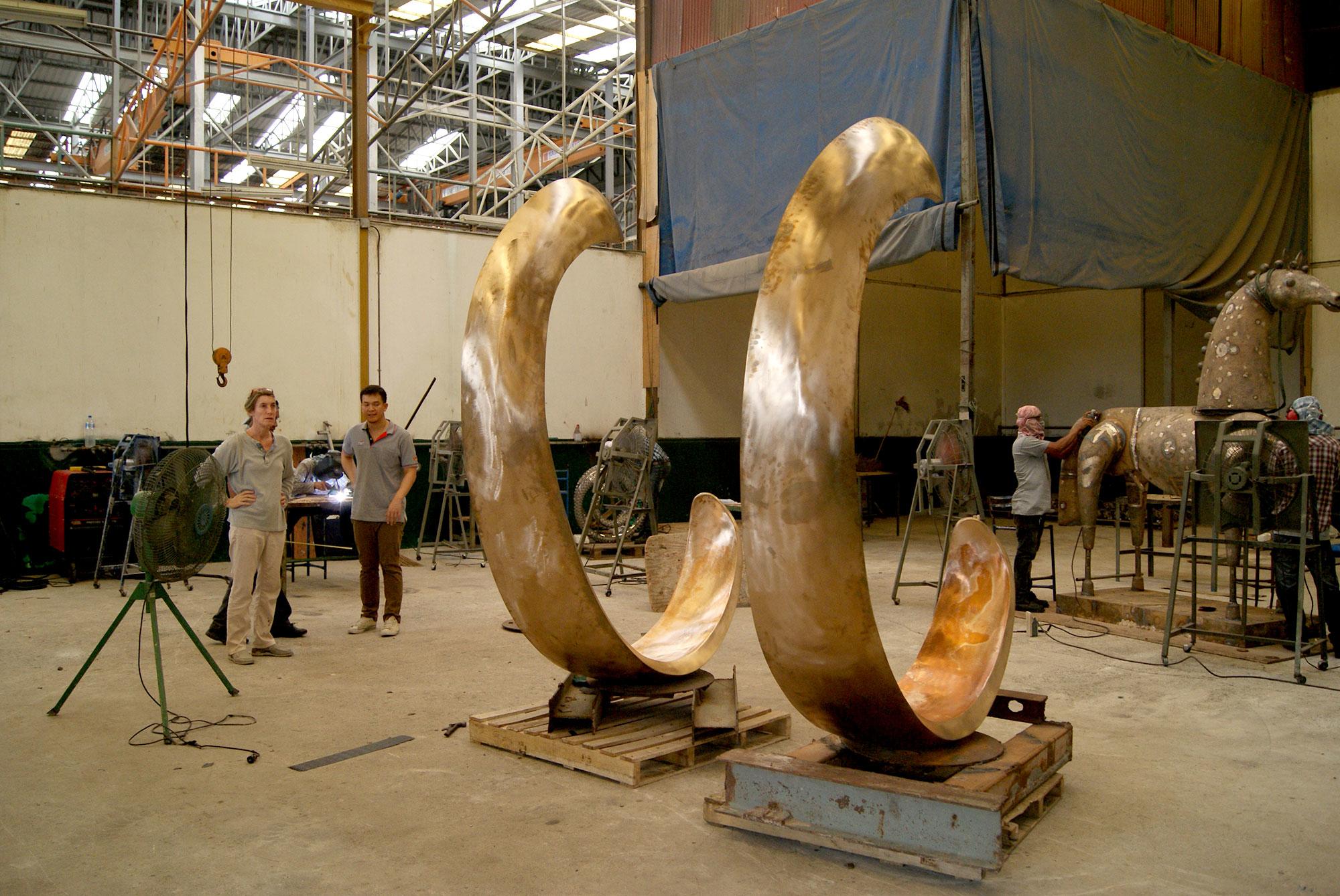 """la sculpteure française Val – Valérie Goutard - dans fonderie de bronze en Thaïlande avec """"Inle balance II"""" – avec Sculptureval"""