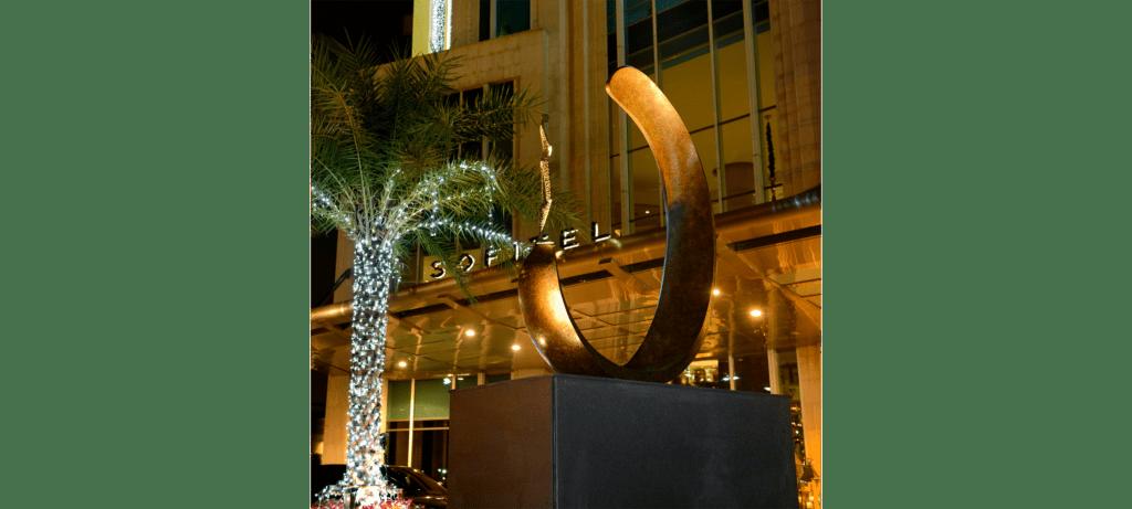 Inle balance III de la sculpteure française Val – Valérie Goutard – avec Sculptureval à Sofitel Sukhumvit à Bangkok - Thaïlande