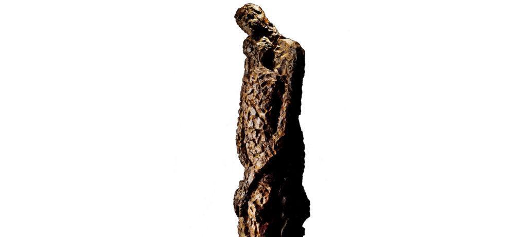 L'étreinte de la sculpteure française Val – Valérie Goutard – avec Sculptureval