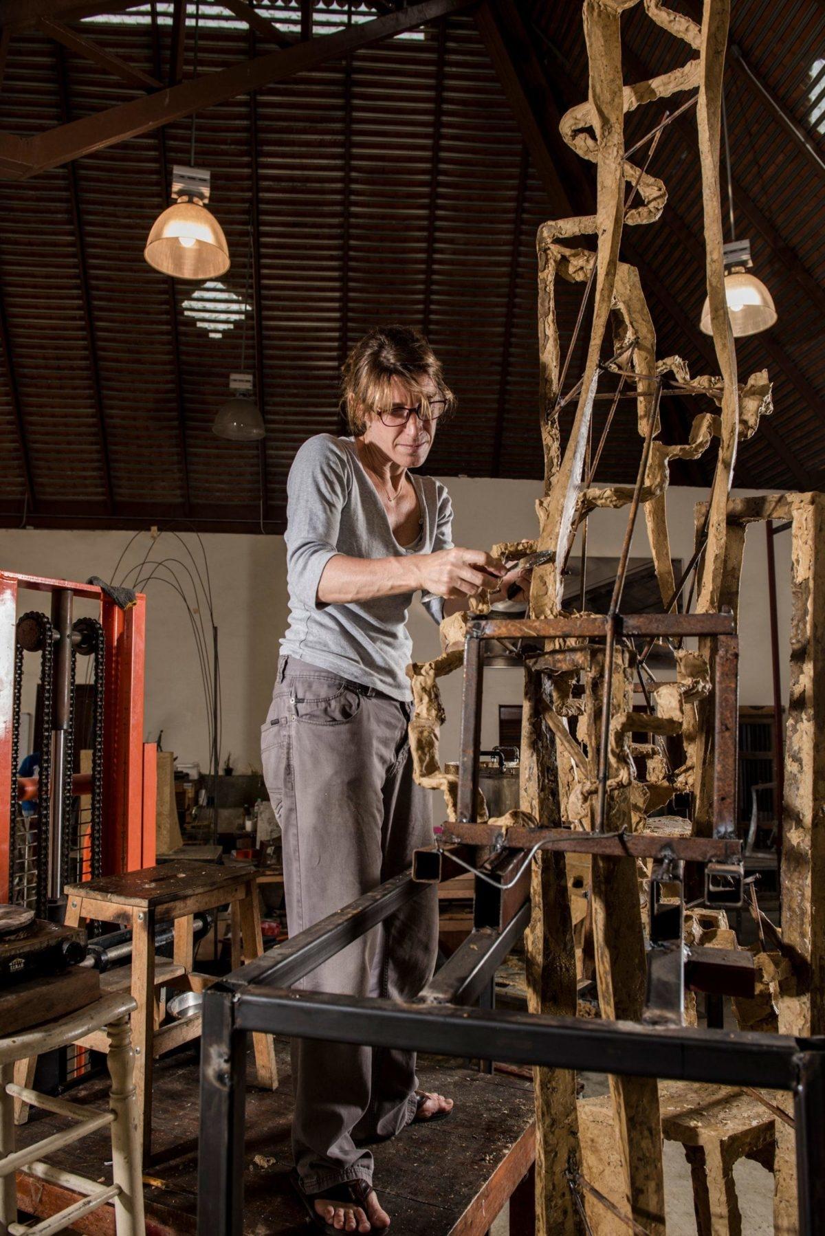 La sculpteure française Val - Valérie Goutard - dans son atelier de Bangkok faisant des sculptures en bronze avec Sculptureval