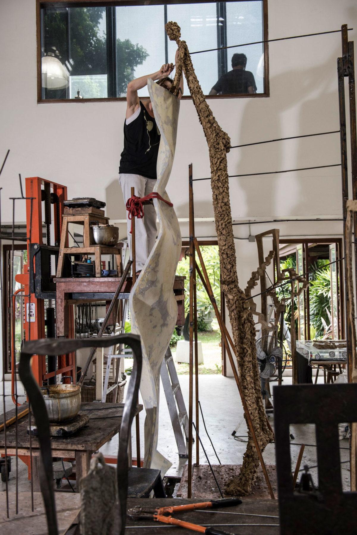 La sculpteure française Val - Valérie Goutard - dans le studio de Bangkok travaillant sur Le monde est vaste – avec Sculptureval