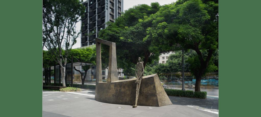 Waiting III de la sculpteure française Val – Valérie Goutard – avec Sculptureval à New Square à Taipei - Taiwan
