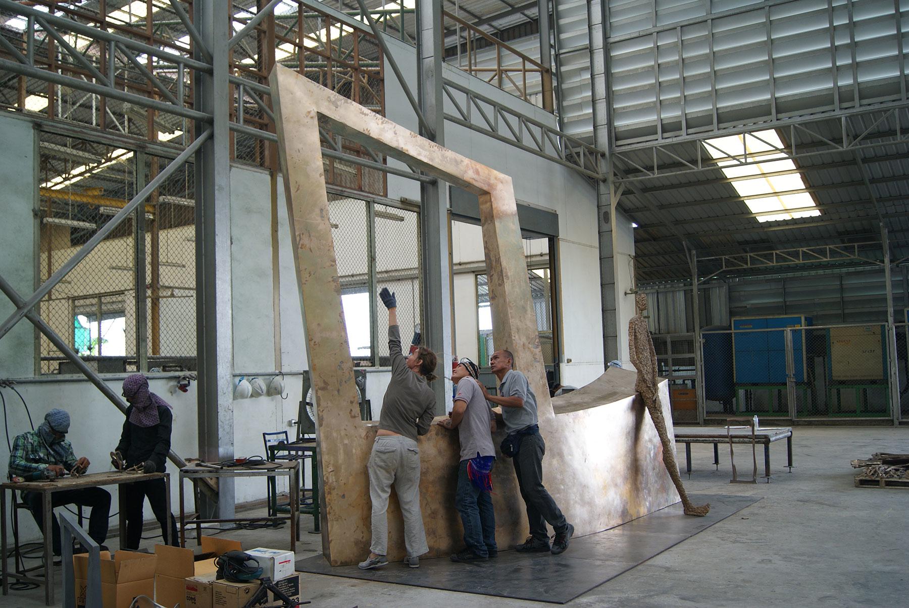"""la sculpteure française Val – Valérie Goutard - dans sa fonderie de bronze en Thaïlande avec """"Waiting III"""" avec Sculptureval"""