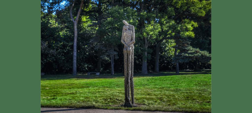L'étreinte II de la sculpteure française Val – Valérie Goutard – avec Sculptureval à Parc de sculptures de Jouyen- Josas - France